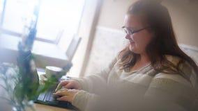 Spionera som bild av den knubbiga flickan i ett ljust kafé Royaltyfri Bild