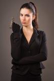 Spionmeisje in een zwarte met kanon stock fotografie
