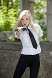 Spionvrouw met kanon royalty-vrije stock fotografie