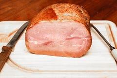 Spiraal Gesneden Ham bij het Snijden van Raad met Mes en Vork Stock Fotografie