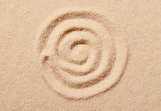 Spiraal op strandzand dat wordt getrokken Het strandachtergrond van de zomer Stock Afbeeldingen