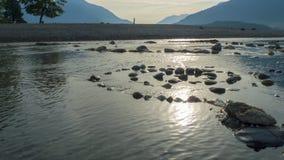 Spiraal van kiezelsteen aan stenen, op de kust, strand Gravedona in Meer Como stock afbeelding