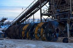 Spiraalvormig bepalend woord voor het classificeren van zand in fracties met gelijktijdige was van klei Transportband in mijnbouw stock afbeeldingen