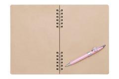Spiraalvormig bruin notitieboekje met ballpoint Stock Foto