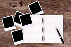 Spiraalvormig notitieboekje met fotodrukken Stock Foto's