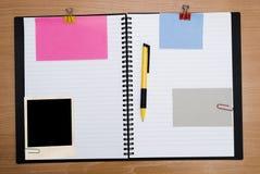 Spiraalvormig notitieboekje op hout stock foto