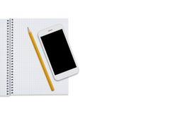 Spiraalvormig notitieboekje, potlood en slimme telefoon op witte achtergrond Bedrijfs malplaatje Werkruimte van zakenman, student Stock Afbeeldingen