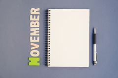Spiraalvormig open notitieboekje met pen en November-maand verwoording Stock Afbeeldingen