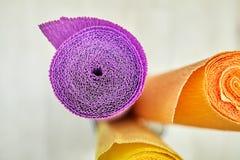 Spiraalvormig patroon van purper gekleurd gerimpeld document broodje, zijaanzicht Royalty-vrije Stock Afbeelding
