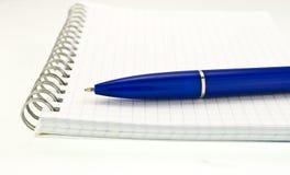 Spiraalvormige blocnote met pen Royalty-vrije Stock Foto's