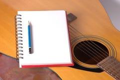 Spiraalvormige blocnote op gitaar Royalty-vrije Stock Afbeeldingen