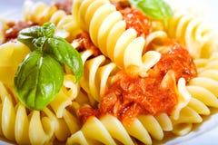 Spiraalvormige Italiaanse noedels met pesto Royalty-vrije Stock Foto