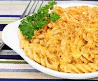 Spiraalvormige Macaroni en Cheddarkaasmacro Royalty-vrije Stock Afbeelding