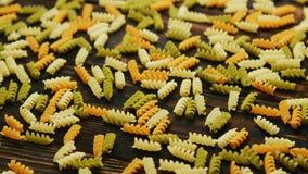 Spiraalvormige macaroni van verschillende kleur royalty-vrije stock foto