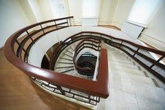 Spiraalvormige marmeren trap die daalt Stock Afbeeldingen