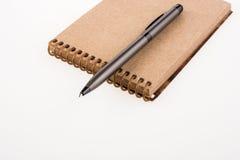 Spiraalvormige notitieboekje en pollpoint pen Stock Foto's