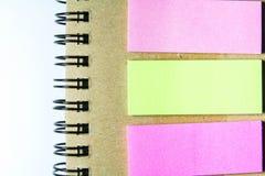 Spiraalvormige notitieboekje en post-it Royalty-vrije Stock Foto's