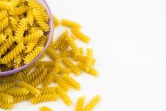Spiraalvormige ruwe macaronideegwaren Stock Fotografie