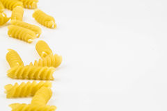 Spiraalvormige ruwe macaronideegwaren Stock Foto's
