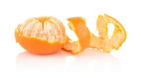 Spiraalvormige schil van mandarin op wit stock foto's