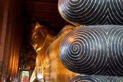Spiral design på fötter av den buddistiska symbolen Arkivfoto