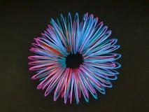 spiral i fluorescerande färger i en cirkel, texturerad bakgrund Arkivbilder