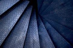 Spiral inre för garnering för rund trappuppgång för ståltrappuppgång Lopp- och arkitekturbakgrund royaltyfri bild