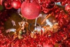 Spiral julgran för modern metall som dekoreras med röda skinande bollar arkivfoton