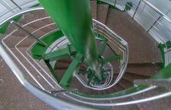 Spiral mång--flyg trappa med metallledstänger som uppifrån ses av trappuppgången arkivfoto