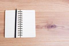 Spiral notepad på skrivbordet Arkivbild