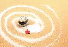 Spiral och vit anmärkning med den röda blomman Royaltyfri Bild