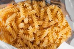 Spiral pasta för Durumvete i plast- sjal royaltyfri fotografi