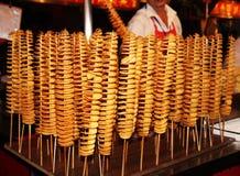 Spiral potatis som stekas Kina arkivfoto