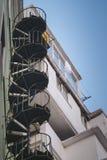 Spiral snigeltrappuppgång på yttersidan av en byggnad, Lissabon arkivfoton