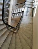 Spiral stång för marmortrappa- och järnensemble i slotten Royaltyfri Foto