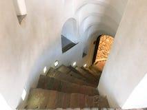 Spiral trappa för brant sten som går ner från momenten royaltyfri fotografi