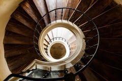 Spiral trappa i gammal byggnad Arkivbild