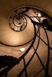Spiral trappa inom Arc de Triomphe i Paris, Frankrike Arkivfoton