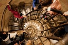 Spiral trappa inom Arc de Triomphe i Paris, Frankrike Royaltyfri Foto