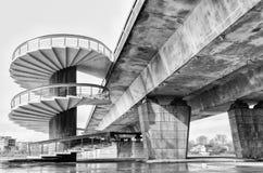Spiral trappa och bro Arkivfoton