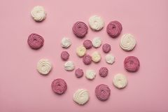 Spirala biali i jagodowi marshmallows zdjęcia stock