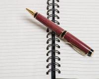 Spirala - obszyty notatnik lub czasopismo z piórem zdjęcia royalty free