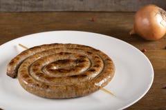Spirala piec na grillu kiełbasa na talerzu zdjęcia stock