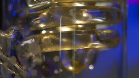 Spirala w medycznej kolbie Adaptacja dla medycznych eksperymentów ślimakowaty szklanej żarówki lub kolby przewieziony ciecz zdjęcie wideo