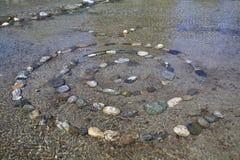 Spirala złożeni kamienie w wodzie, ezoteryczni kamienie, obraz royalty free