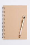 Spiralanteckningsbok med kulspetspennan Arkivbilder