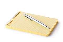 Spiralanteckningsbok och penna Fotografering för Bildbyråer
