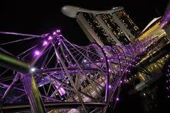 Spiralbro och Marina Bay Sands i Singapore Royaltyfria Bilder