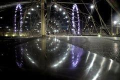 Spiralbron på natten i Singapore arkivfoto