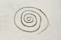 Spirale gezeichnet in Sand Lizenzfreie Stockfotografie